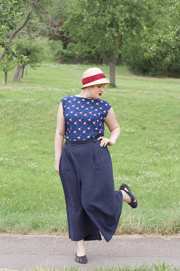 Pauline Alice Botanic Trousers in linen, paired with How To Do Fashion NO 00 Danmark free top. I feel like on vacation at the French riviera in these culottes. Read my review about the pattern.